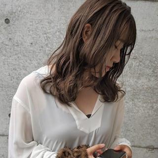 ナチュラル 波巻き パープルアッシュ ミディアム ヘアスタイルや髪型の写真・画像