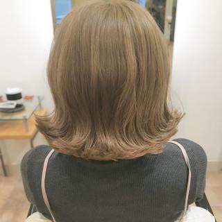 ブリーチオンカラー ミディアム ナチュラルベージュ ヌーディーベージュ ヘアスタイルや髪型の写真・画像