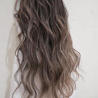 グレージュ ロング 外国人風カラー ハイライト ヘアスタイルや髪型の写真・画像