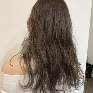 アッシュグレージュ オフィス グレージュ ロング ヘアスタイルや髪型の写真・画像