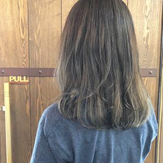 アッシュグレー ハイライト ナチュラル セミロング ヘアスタイルや髪型の写真・画像 ヘアスタイルや髪型の写真・画像