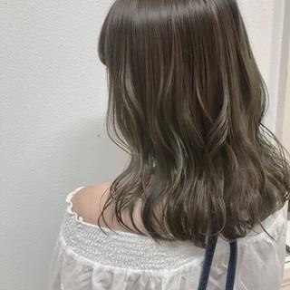ハイライト シアグレー デート グレージュ ヘアスタイルや髪型の写真・画像