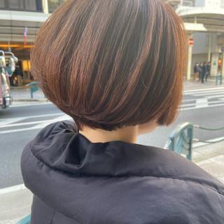 ラベンダーピンク 大人ショート 前下がりショート ナチュラル ヘアスタイルや髪型の写真・画像