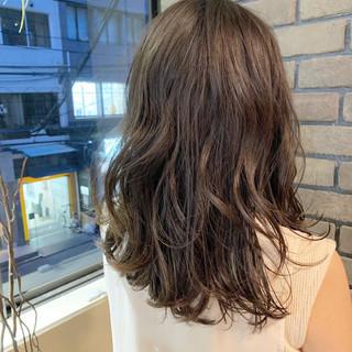レイヤースタイル レイヤーヘアー コンサバ グレージュ ヘアスタイルや髪型の写真・画像