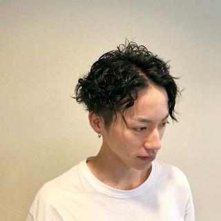 メンズ パーマ ブルーブラック モード ヘアスタイルや髪型の写真・画像