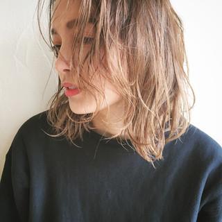 デート ナチュラル ミディアム アッシュ ヘアスタイルや髪型の写真・画像