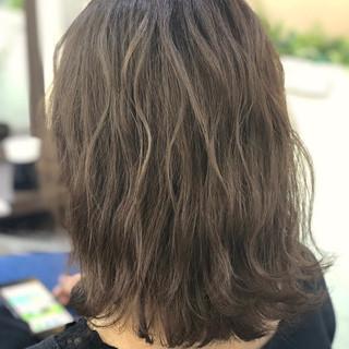 グラデーションカラー ミディアム 波ウェーブ ベージュ ヘアスタイルや髪型の写真・画像