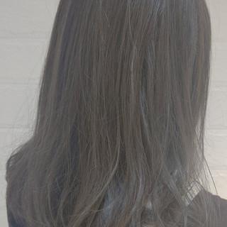 外国人風 アッシュグレージュ グレージュ ミディアム ヘアスタイルや髪型の写真・画像