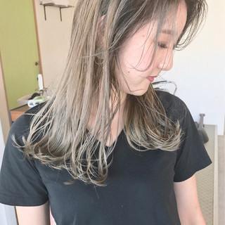 ミディアム グレージュ ストリート グラデーションカラー ヘアスタイルや髪型の写真・画像