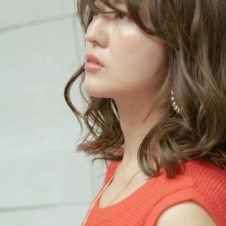 モード オリーブグレージュ ミディアム デート ヘアスタイルや髪型の写真・画像