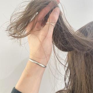 レイヤー セミロング グレージュ アッシュベージュ ヘアスタイルや髪型の写真・画像