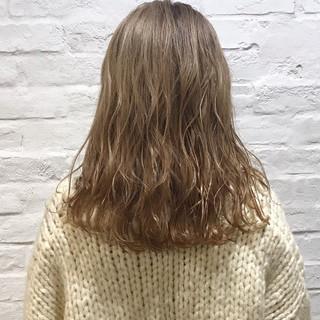 ミルクティーベージュ ハイトーン 金髪 ミディアム ヘアスタイルや髪型の写真・画像