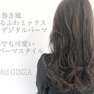 デジタルパーマ ロング ナチュラル グレージュ ヘアスタイルや髪型の写真・画像