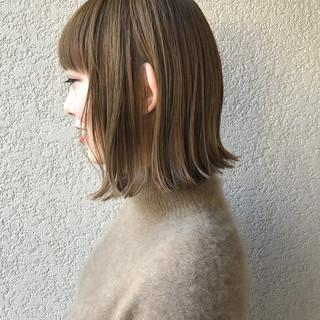切りっぱなしボブ ブリーチオンカラー ミルクティーベージュ 前髪あり ヘアスタイルや髪型の写真・画像