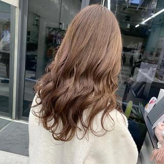 ロング ピンクベージュ ミルクティーベージュ ブリーチカラー ヘアスタイルや髪型の写真・画像