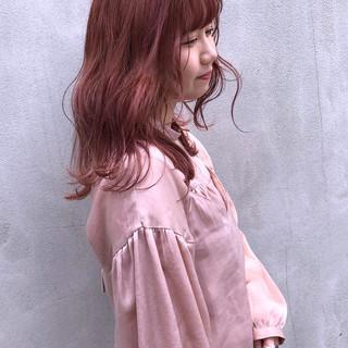 ピンク セミロング ブリーチカラー 前髪あり ヘアスタイルや髪型の写真・画像