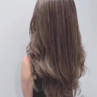 巻き髪 グレージュ 圧倒的透明感 ナチュラル ヘアスタイルや髪型の写真・画像