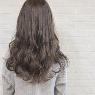 グレージュ セミロング ミルクティー ニュアンス ヘアスタイルや髪型の写真・画像