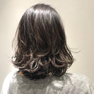 セミロング オフィス バレイヤージュ ダークグレー ヘアスタイルや髪型の写真・画像