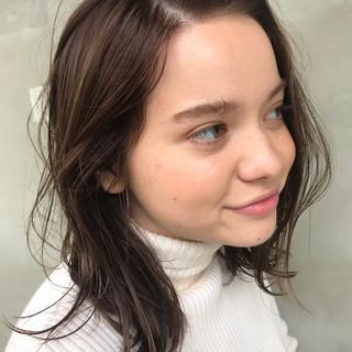 アッシュベージュ パーマ ミディアム アンニュイほつれヘア ヘアスタイルや髪型の写真・画像