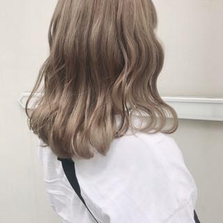 ハイトーン ミルクティーベージュ ベージュカラー ガーリー ヘアスタイルや髪型の写真・画像