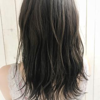 バレイヤージュ カーキ セミロング ナチュラル ヘアスタイルや髪型の写真・画像