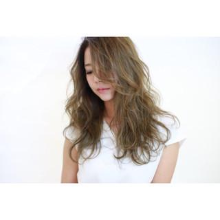 ハイライト 透明感 アッシュグレージュ リラックス ヘアスタイルや髪型の写真・画像