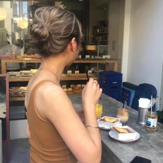 ハイトーン ロング お団子アレンジ ナチュラル ヘアスタイルや髪型の写真・画像
