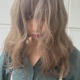 ミルクティーベージュ ミディアム シアーベージュ ブラウンベージュ ヘアスタイルや髪型の写真・画像