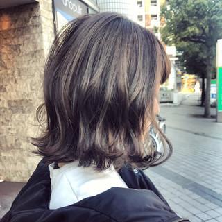 簡単ヘアアレンジ アッシュグレージュ 切りっぱなし 大人女子 ヘアスタイルや髪型の写真・画像
