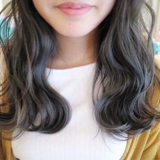 フェミニン アッシュ ウェーブ 外国人風 ヘアスタイルや髪型の写真・画像