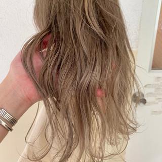 ベージュ ロング ブロンドカラー ダブルカラー ヘアスタイルや髪型の写真・画像