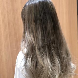 グレージュ モード ブリーチ ミルクティーベージュ ヘアスタイルや髪型の写真・画像