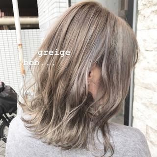 ボブ ミルクティーグレージュ 外ハネボブ グレージュ ヘアスタイルや髪型の写真・画像