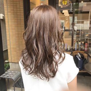 ナチュラル ロング カーキアッシュ 3Dハイライト ヘアスタイルや髪型の写真・画像