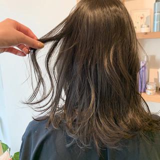 ミディアム 透明感カラー グレージュ ガーリー ヘアスタイルや髪型の写真・画像
