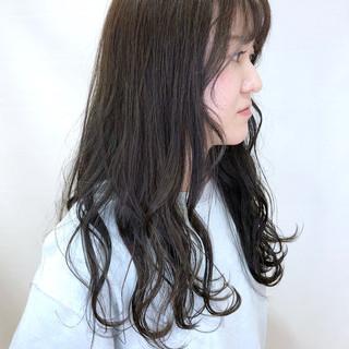 カーキアッシュ カーキ コテ巻き ロング ヘアスタイルや髪型の写真・画像