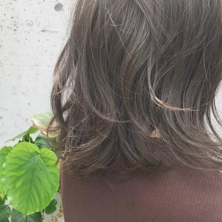グレージュ ミディアム 透明感 ウェーブ ヘアスタイルや髪型の写真・画像