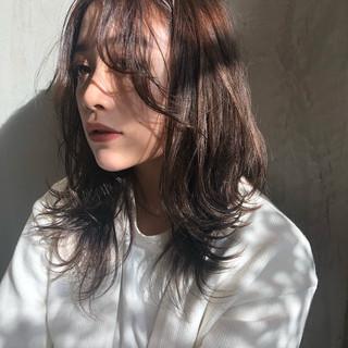 ミディアムレイヤー アンニュイほつれヘア レイヤーカット ナチュラル ヘアスタイルや髪型の写真・画像