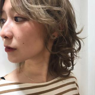 ヌーディベージュ フェミニンウルフ ショート ハイライト ヘアスタイルや髪型の写真・画像 ヘアスタイルや髪型の写真・画像