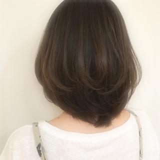 ミディアム デート グレージュ アッシュ ヘアスタイルや髪型の写真・画像
