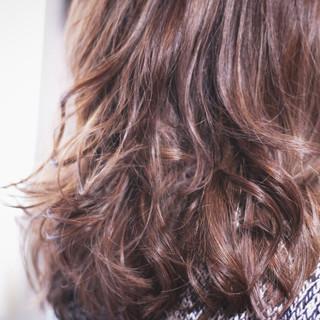 パープル ツヤツヤ ロング ナチュラル ヘアスタイルや髪型の写真・画像