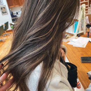 ベージュ ミディアム グレージュ ハイライト ヘアスタイルや髪型の写真・画像