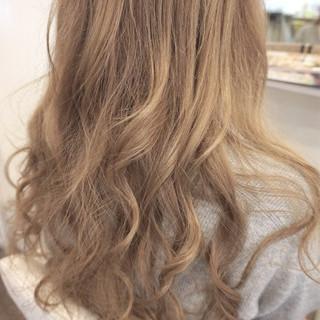 ハイトーン ロング ストリート ミルクティーベージュ ヘアスタイルや髪型の写真・画像