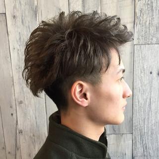アッシュグレー メンズ 2ブロック ブリーチ ヘアスタイルや髪型の写真・画像