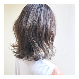 外ハネ 切りっぱなしボブ ハイトーンカラー ミディアム ヘアスタイルや髪型の写真・画像