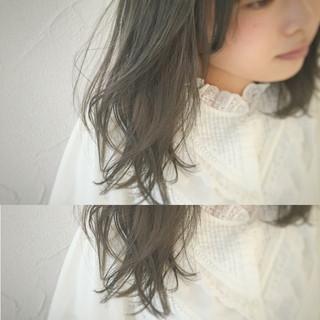 ミディアム オリーブアッシュ アッシュ くせ毛風 ヘアスタイルや髪型の写真・画像