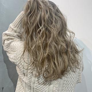 グレージュ ロング バレイヤージュ ブラウンベージュ ヘアスタイルや髪型の写真・画像