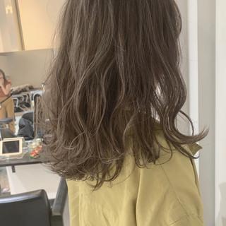 ミルクティーベージュ ナチュラル セミロング 波ウェーブ ヘアスタイルや髪型の写真・画像