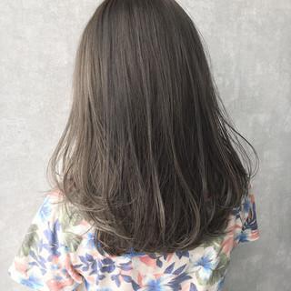 ナチュラル オリーブベージュ ミルクティーベージュ ハイトーンカラー ヘアスタイルや髪型の写真・画像